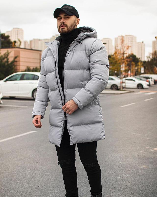 Мужская зимняя удлиненная куртка серого цвета - Фото 2
