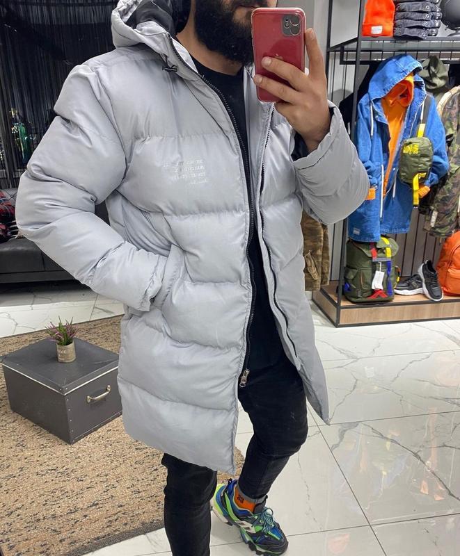 Мужская зимняя удлиненная куртка серого цвета - Фото 3
