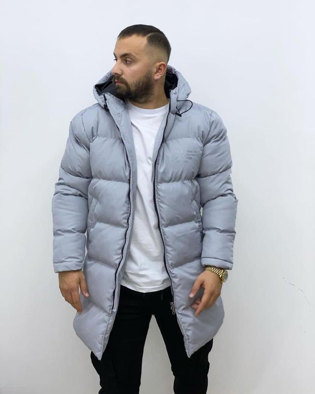 Мужская зимняя удлиненная куртка серого цвета - Фото 4