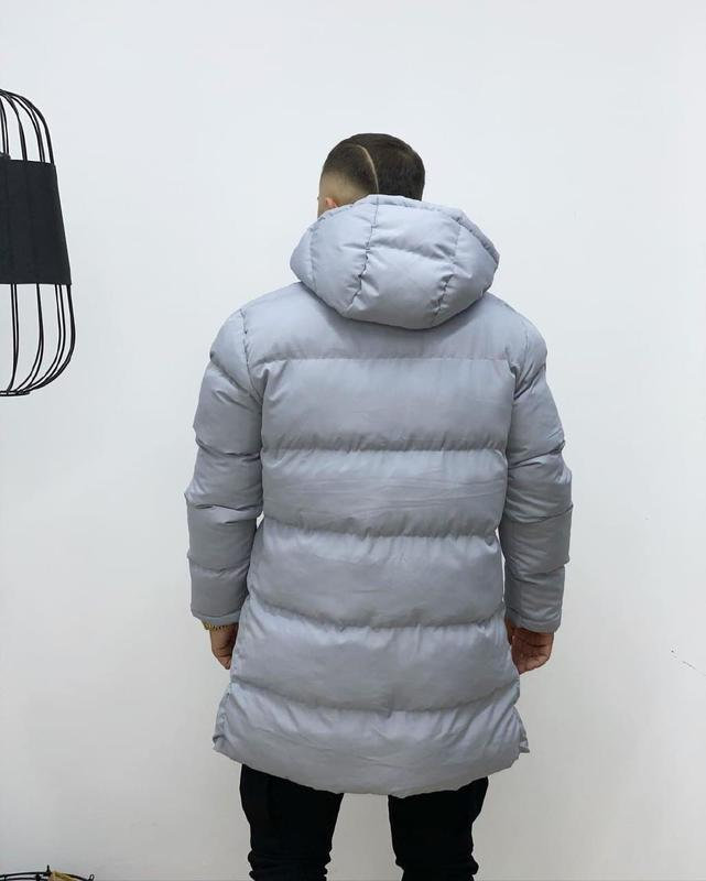 Мужская зимняя удлиненная куртка серого цвета - Фото 5