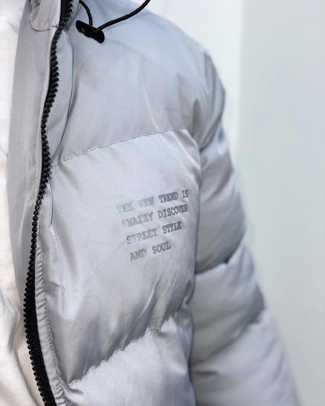 Мужская зимняя удлиненная куртка серого цвета - Фото 6