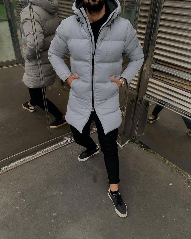 Мужская зимняя удлиненная куртка серого цвета - Фото 7