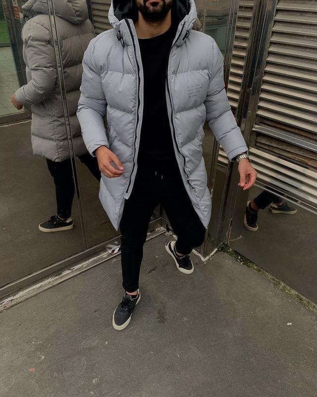 Мужская зимняя удлиненная куртка серого цвета - Фото 8