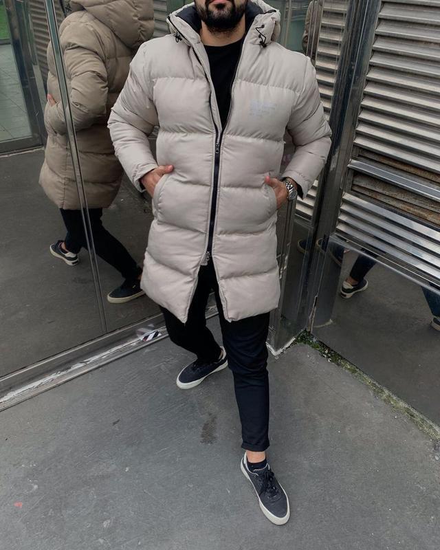 Мужская зимняя удлиненная куртка серого цвета - Фото 9