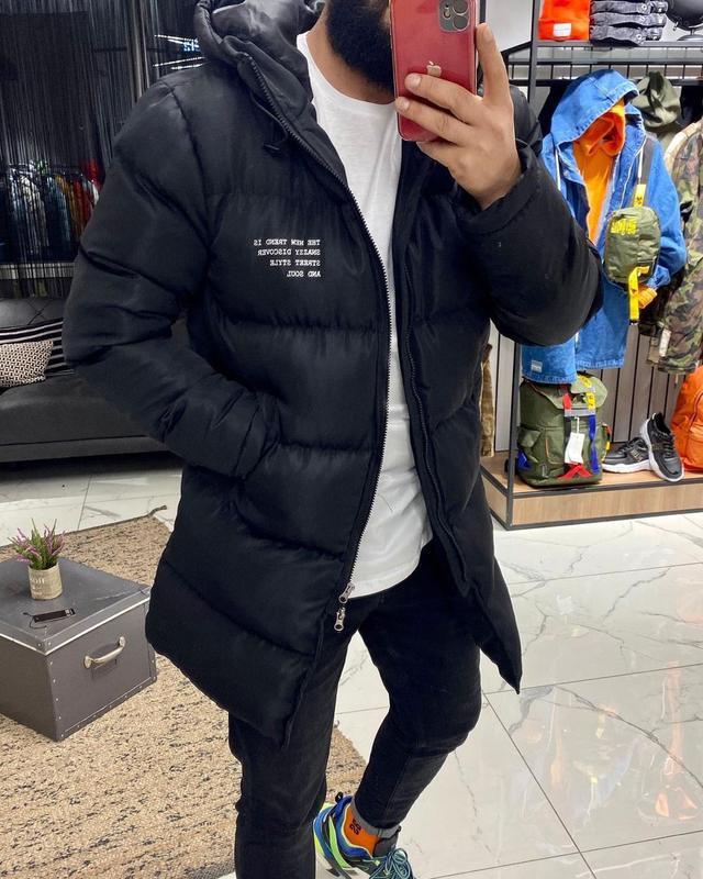 Мужская зимняя удлиненная куртка черного цвета - Фото 3