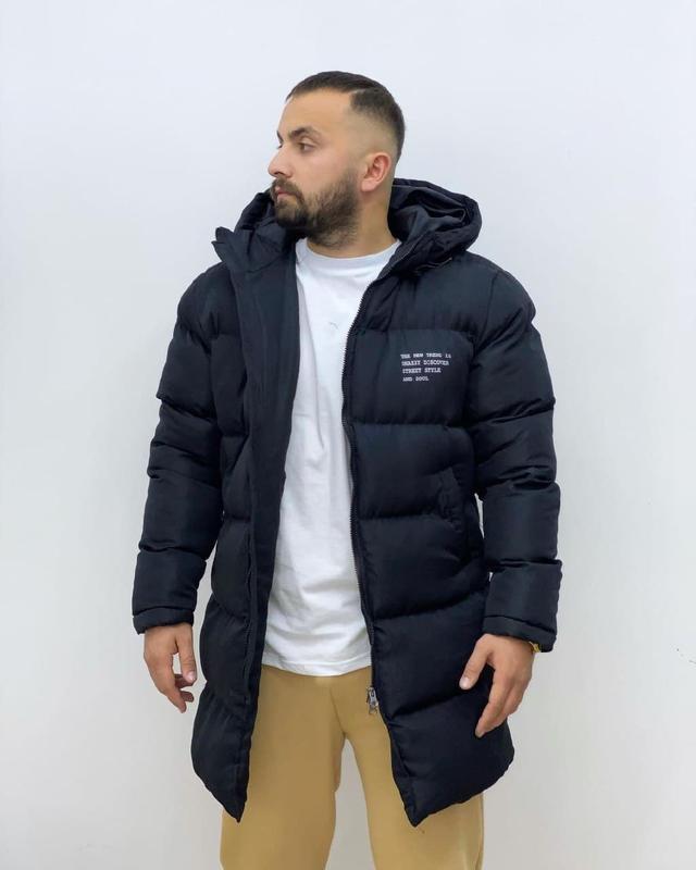 Мужская зимняя удлиненная куртка черного цвета - Фото 6