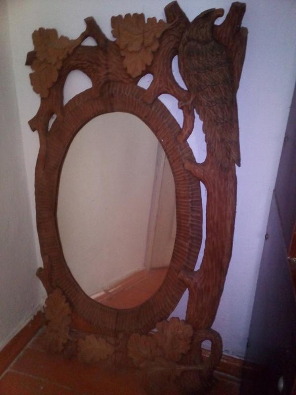 Зеркало в дерев'яній рамі ручної роботи