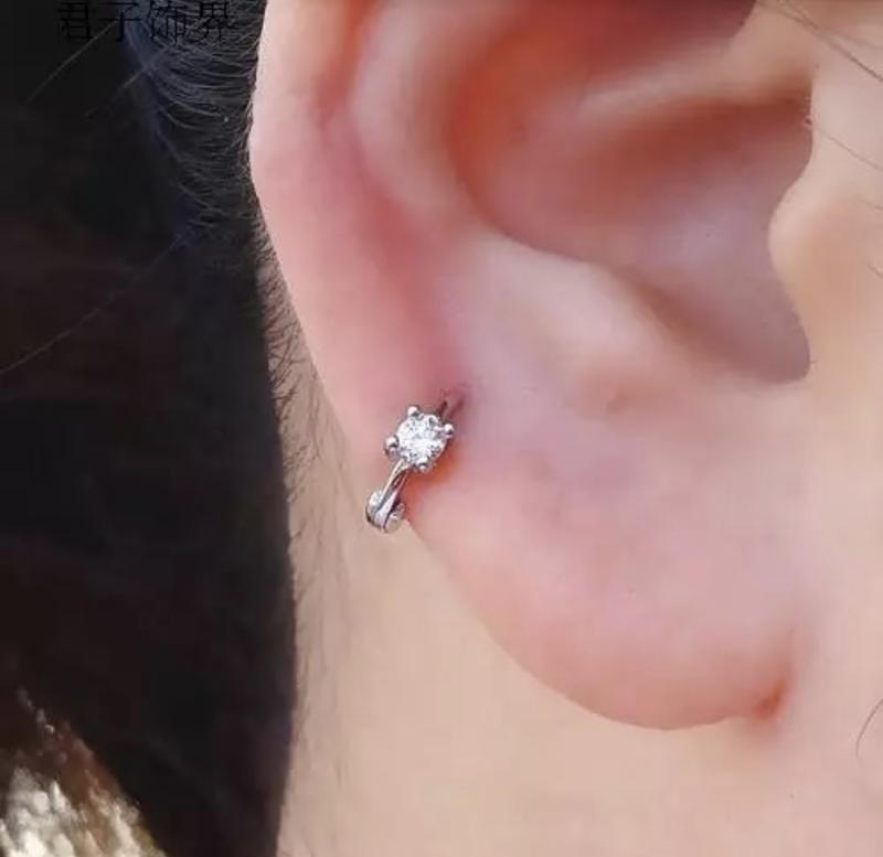 Маленькая серебряная серёжка с камешком диаметр 6 мм пирсинг уха