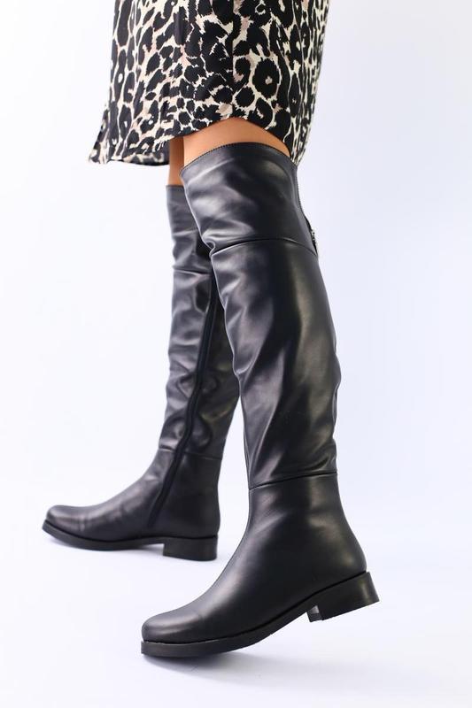 Черные кожаные демисезонные ботфорты
