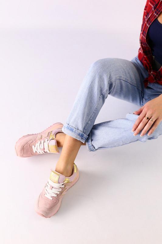 Женские розовые замшевые кроссовки с золотистыми кожаными вста...