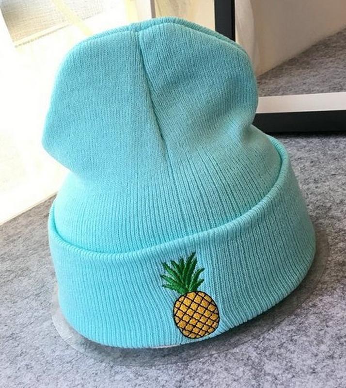 Яркая голубая  шапка с ананасом