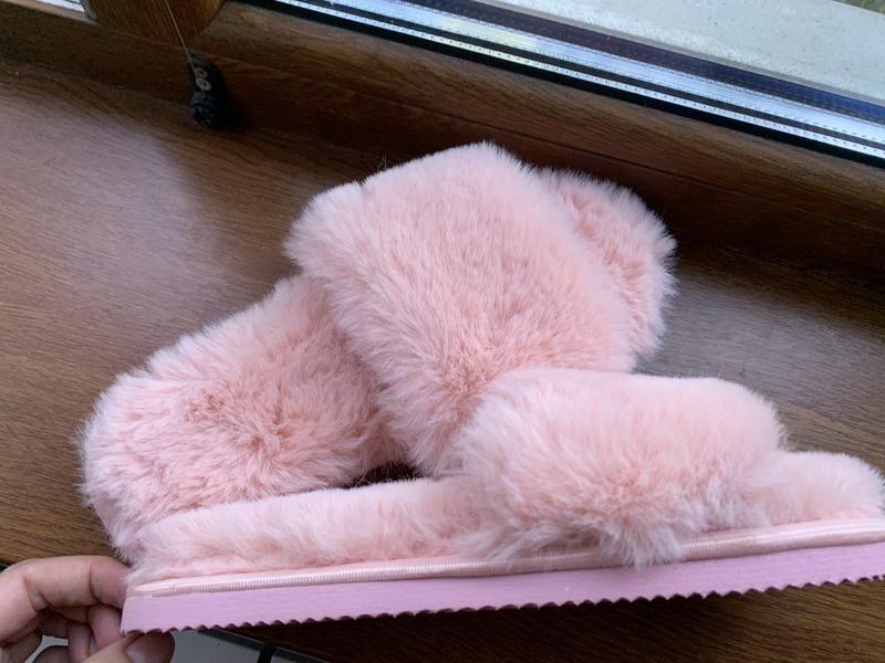 Розовые пушистые и красивые тапочки для дома
