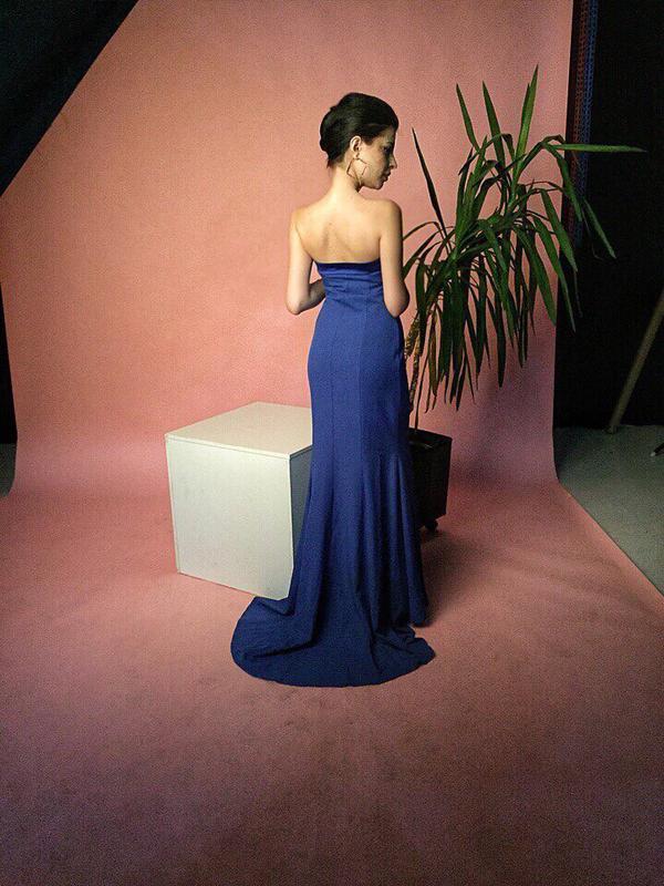 Эффектное вечернее платье в пол со шлейфом - Фото 3