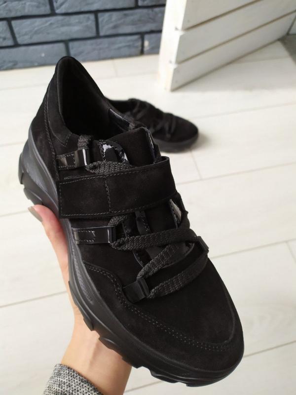 Женские черные замшевые кроссовки с вставками лаковой кожи