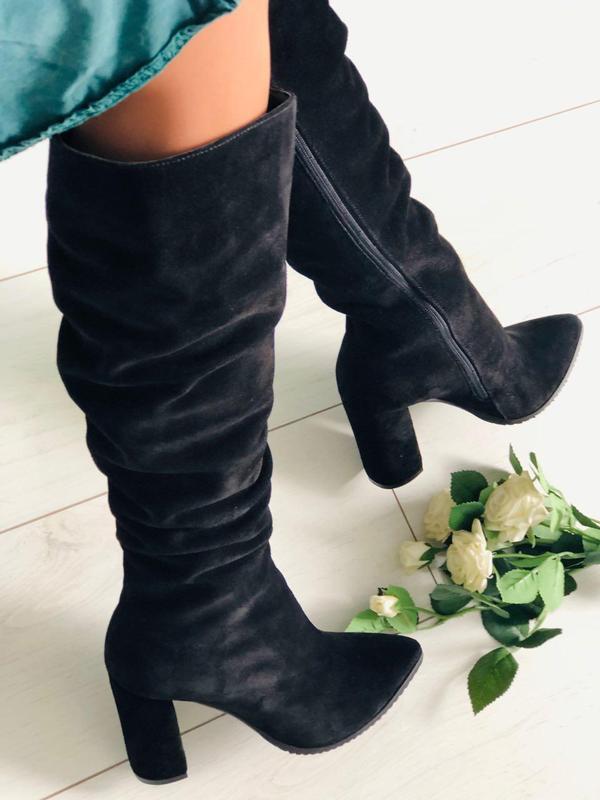 Демисезонные черные замшевые женские сапоги на каблуке - Фото 2