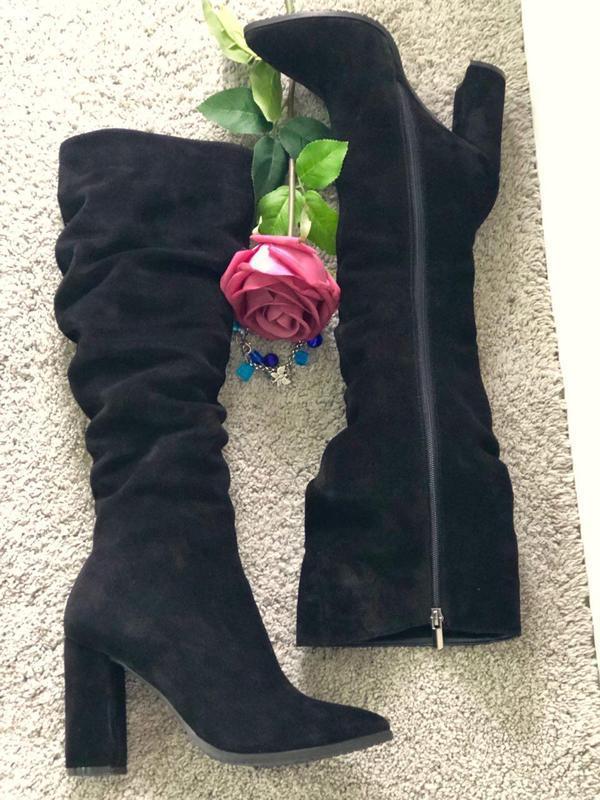 Демисезонные черные замшевые женские сапоги на каблуке - Фото 3