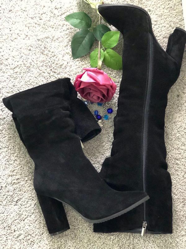 Демисезонные черные замшевые женские сапоги на каблуке - Фото 4