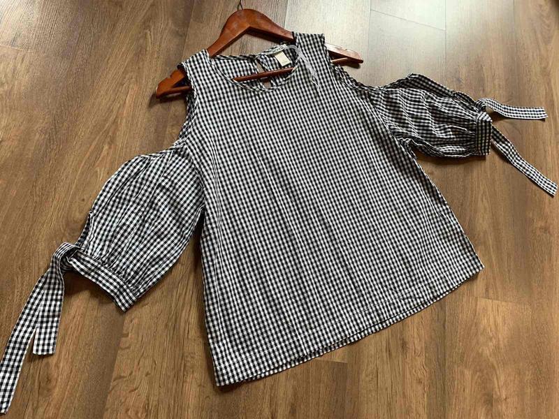 Стильная блуза с интересными рукавами с завязками