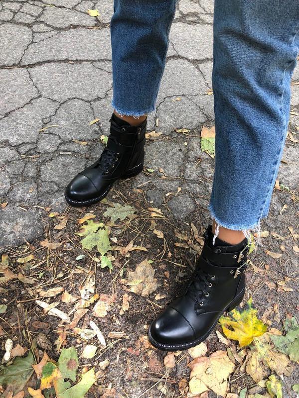 Женские ботинки черные кожаные с кожаными ремешками
