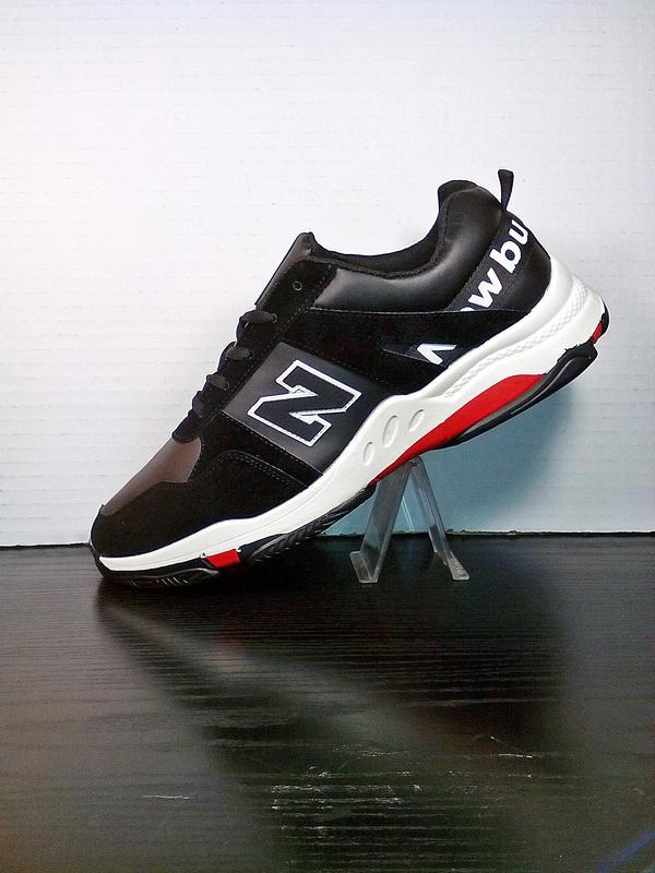 Спортивные черные кроссовки на толстой подошве.