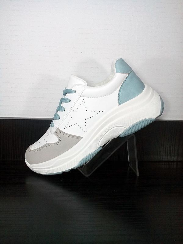 Женские белые кроссовки на платформе в сетку. на толстой подошве