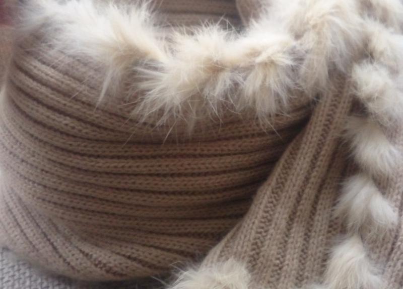 Теплий бежевий шарф з хутром кролика