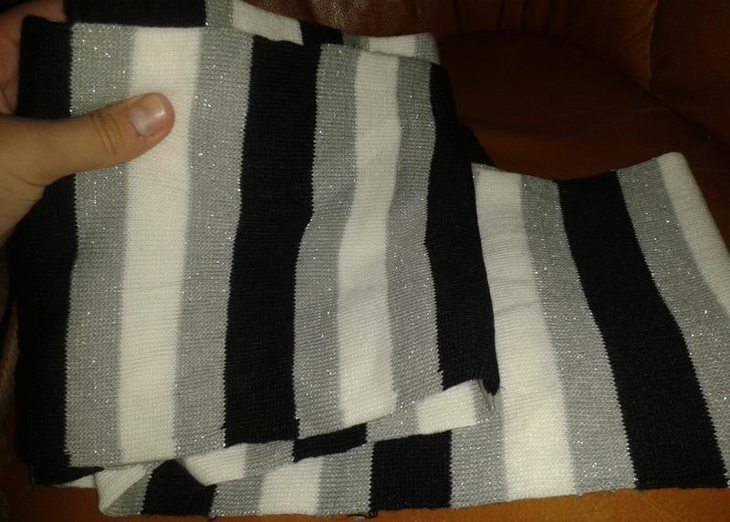 Стильний чорно білий шарф полоска