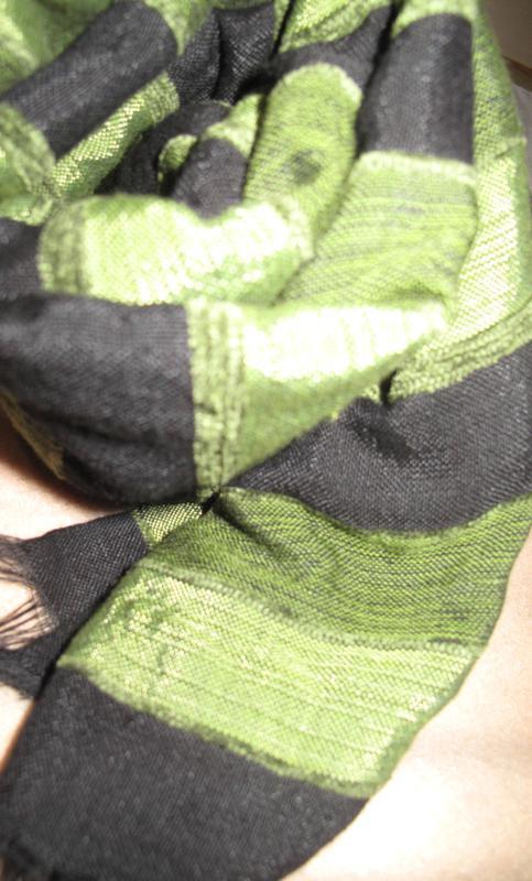 Стильний чорно зелений шарф