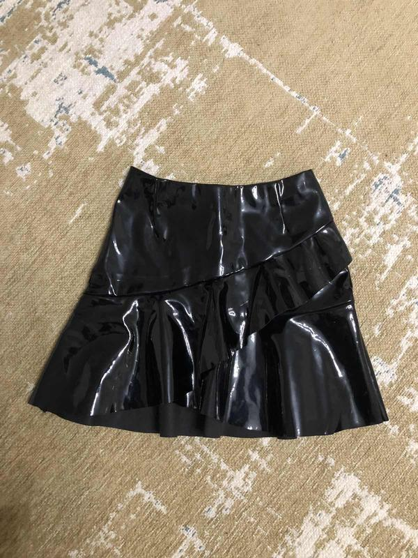 Лаковая виниловая юбка с оборкой h&m, новая!
