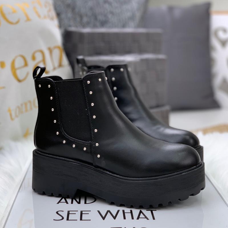 Невероятные кожаные осенние ботинки на массивной подошве челси