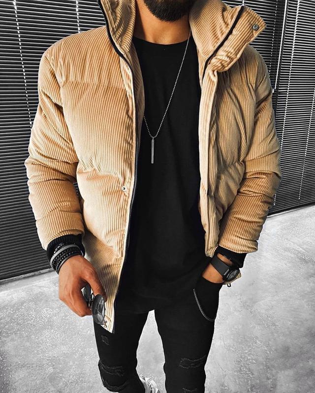 Мужская зимняя велюровая куртка бежевого цвета - Фото 2