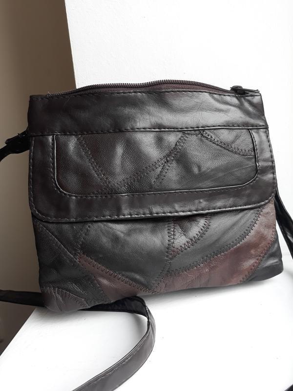 Маленькая стильная кожаная сумка.