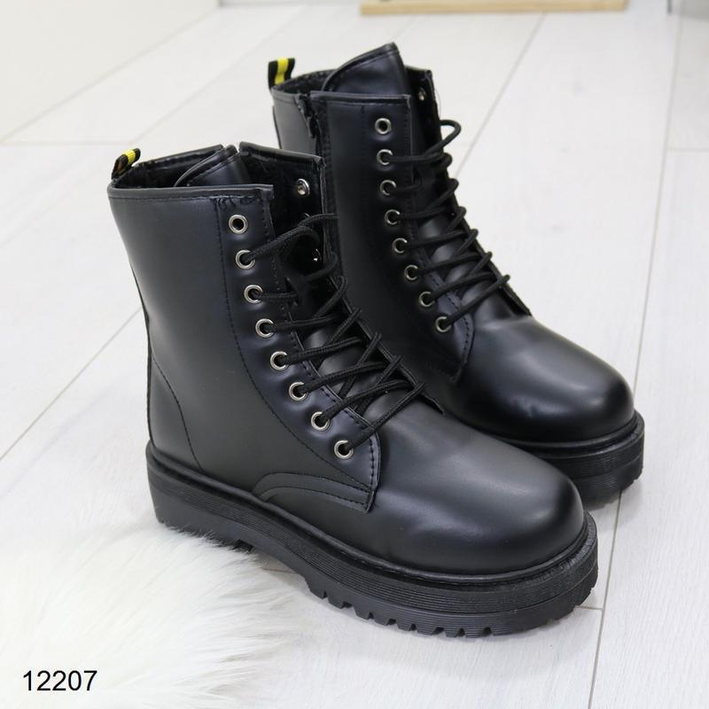 Высокие чёрные тёплые ботинки на массивной подошве,чёрные груб...