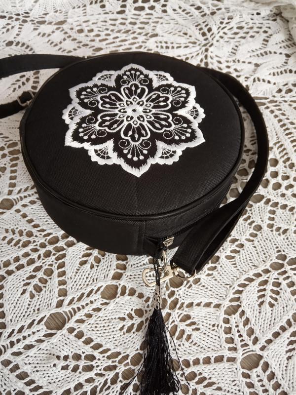Круглая сумочка на длинном ремешке. вышивка в виде кружева. - Фото 6
