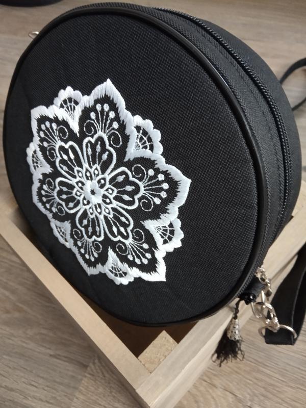 Круглая сумочка на длинном ремешке. вышивка в виде кружева. - Фото 9