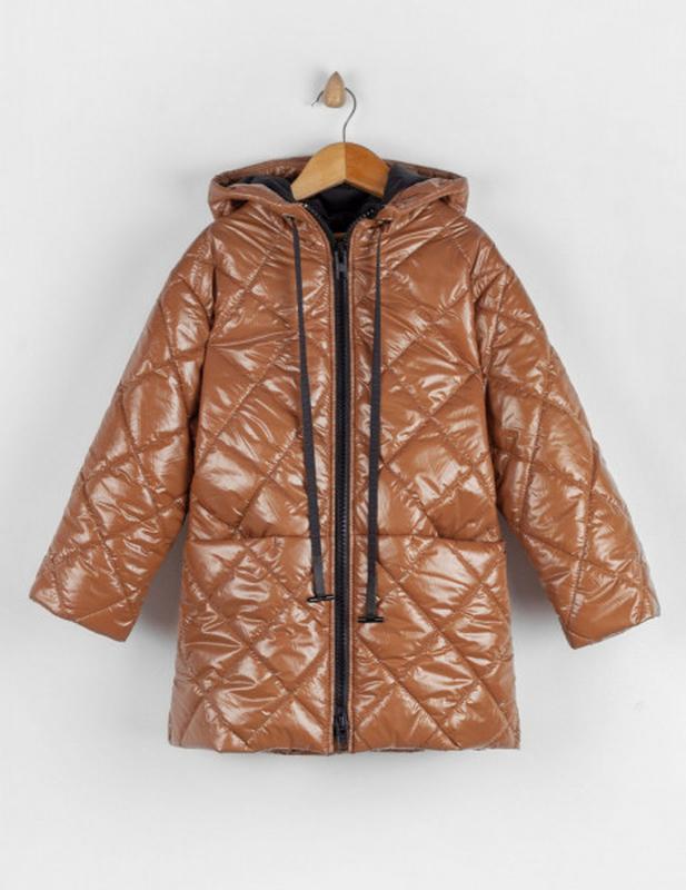 Куртка удлиненная карамельного цвета.