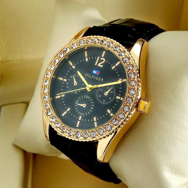 Женские кварцевые наручные часы tommy hilfiger на черном кожан...