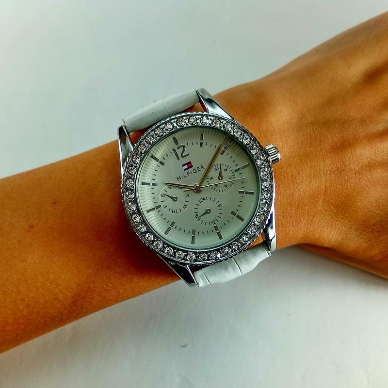 Женские кварцевые наручные часы tommy hilfiger на черном кожан... - Фото 5