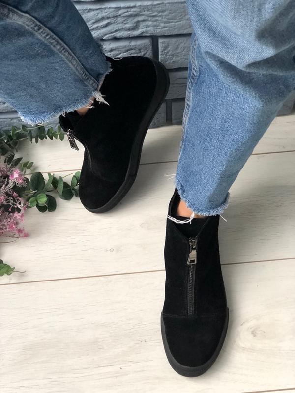 Женские ботинки черные замшевые угги на молнии