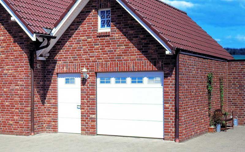 Секційні ворота в гараж з вбудованими вікнами (акрилове склінн...