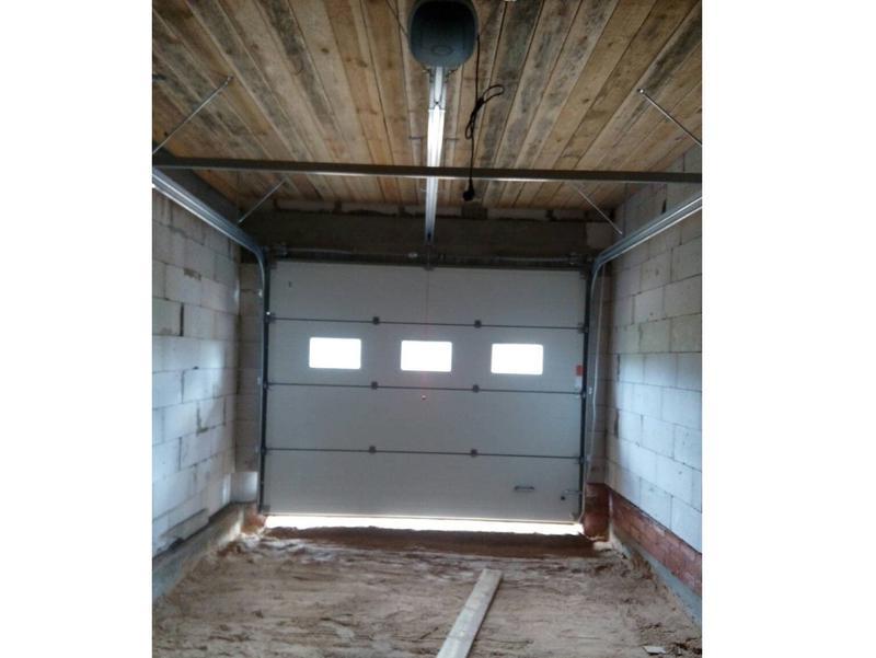 Секційні ворота в гараж з вбудованими вікнами (акрилове склінн... - Фото 5