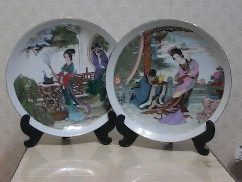 Сюжетная пара тарелок.