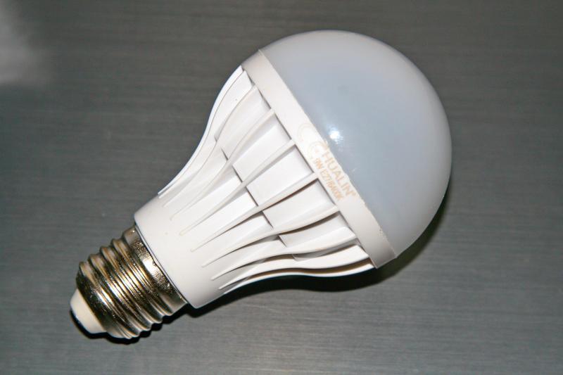 Лампа Hualin 9W LED 6400K e27, заявленная яркость 600lm