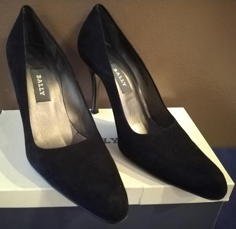 Чёрные замшевые модельные туфли bally на высоком лаковом каблуке.