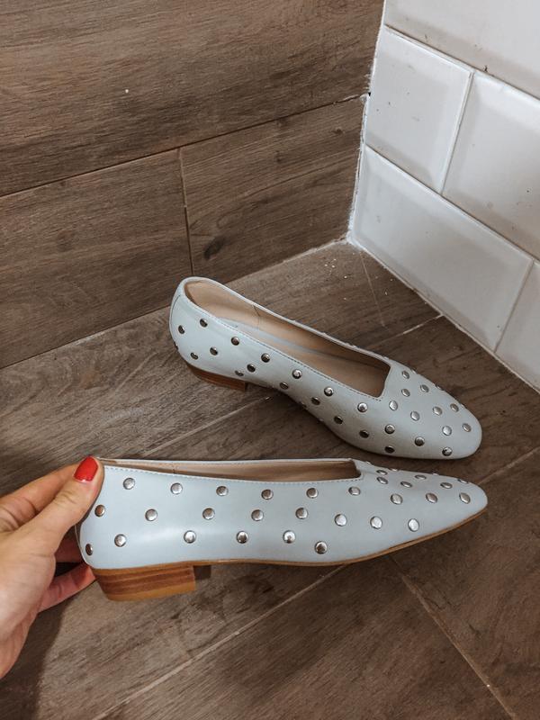 Элегантные кожаные туфли с квадратным носком с заклепками mango
