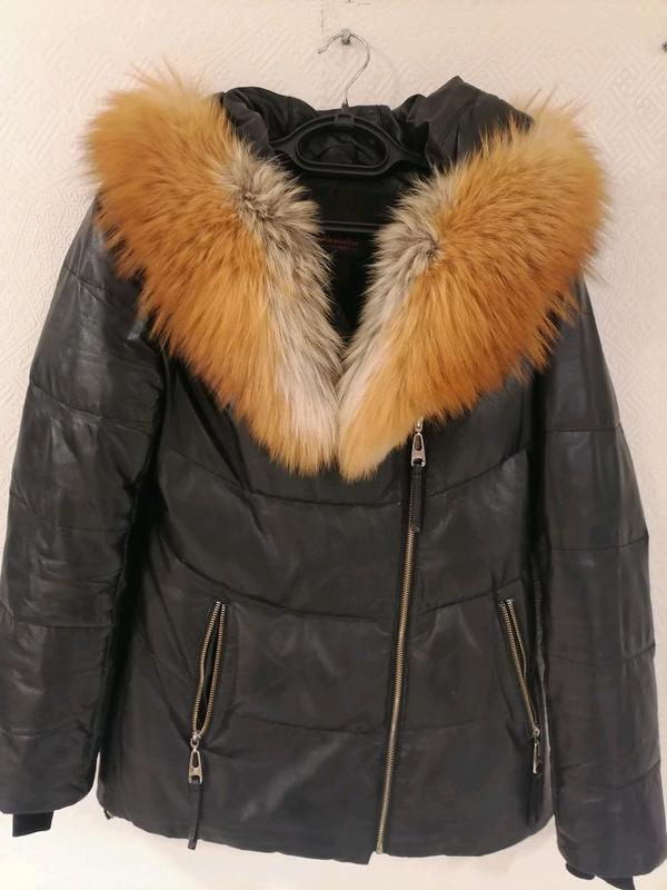 Кожаная куртка с лисиным воротником.