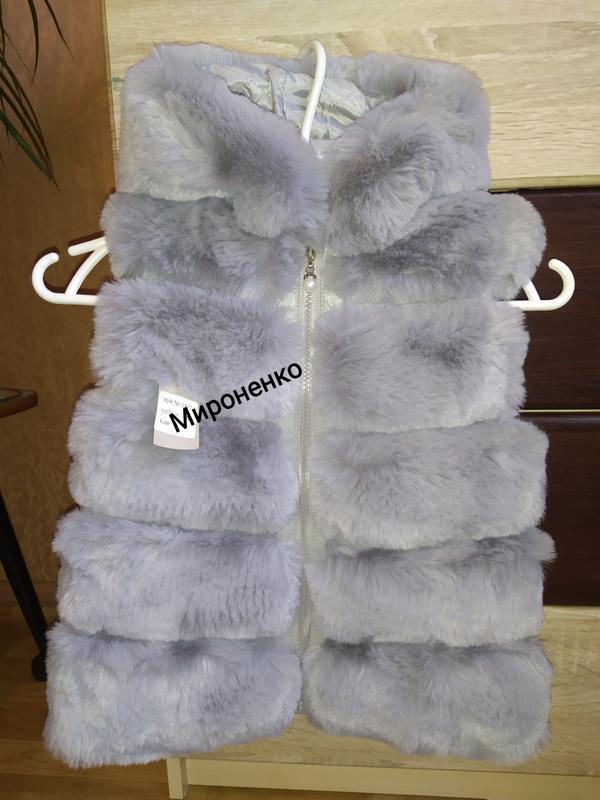 Детская меховая жилетка с капюшоном серая