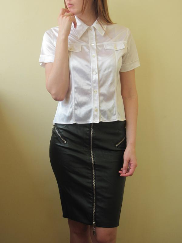 Белая атласная блуза с воротником блузка для офиса и других ме...