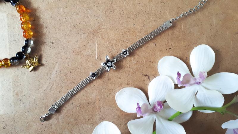 Браслет с цветочками под серебро серебристый браслет