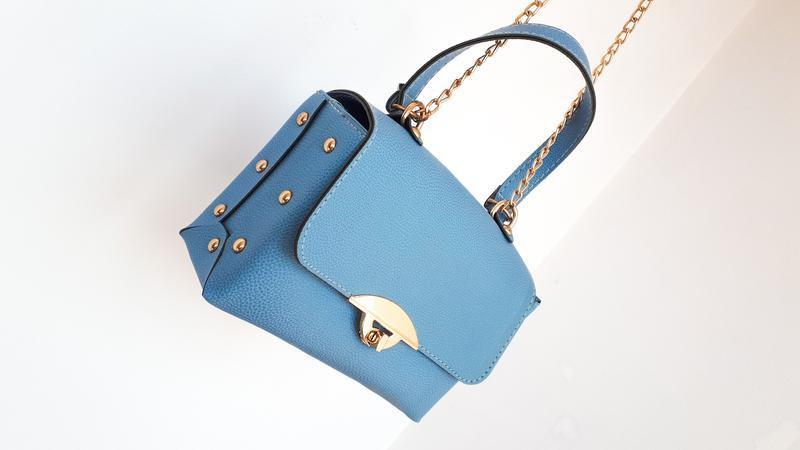 Голубая сумка держит форму длинная ручка на плечо или через пл...